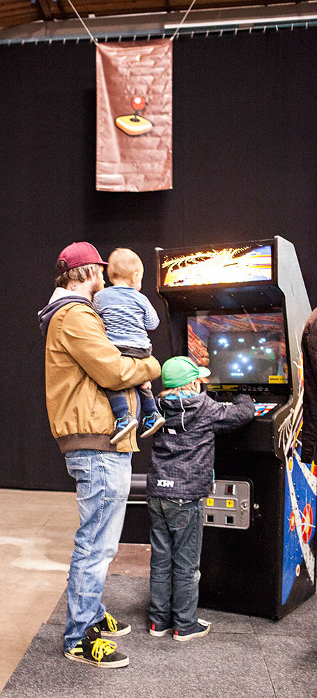 Kids playing Asteroids at Retrospelsmässan 2015