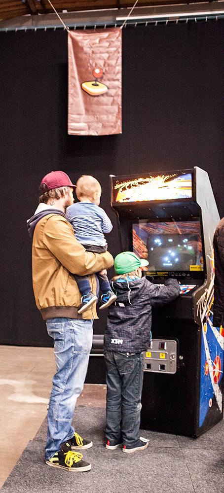 Kids playing Asteroids at Retrospelsmässan 2015
