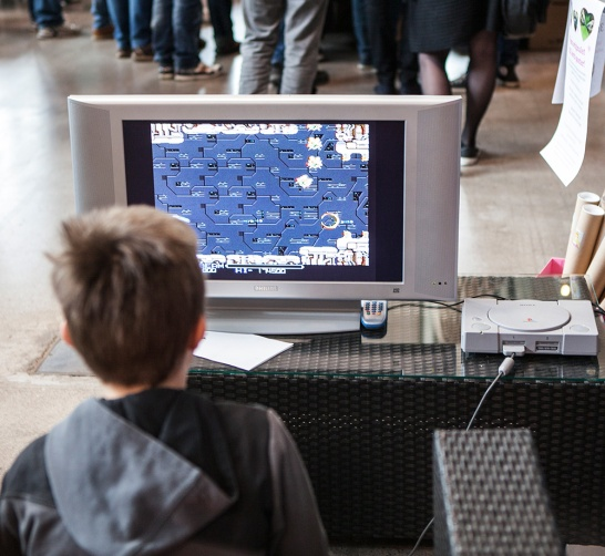 Kid playing R-Type at Retrospelsmässan 2015