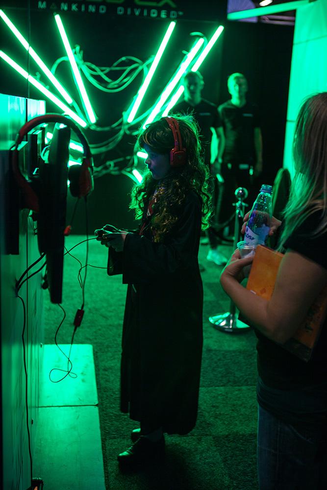 Hogwarts girl gaming at Comic Con Malmö 2015