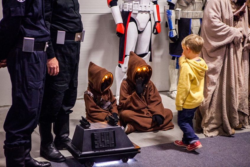 Adorable Jawa cosplay!!