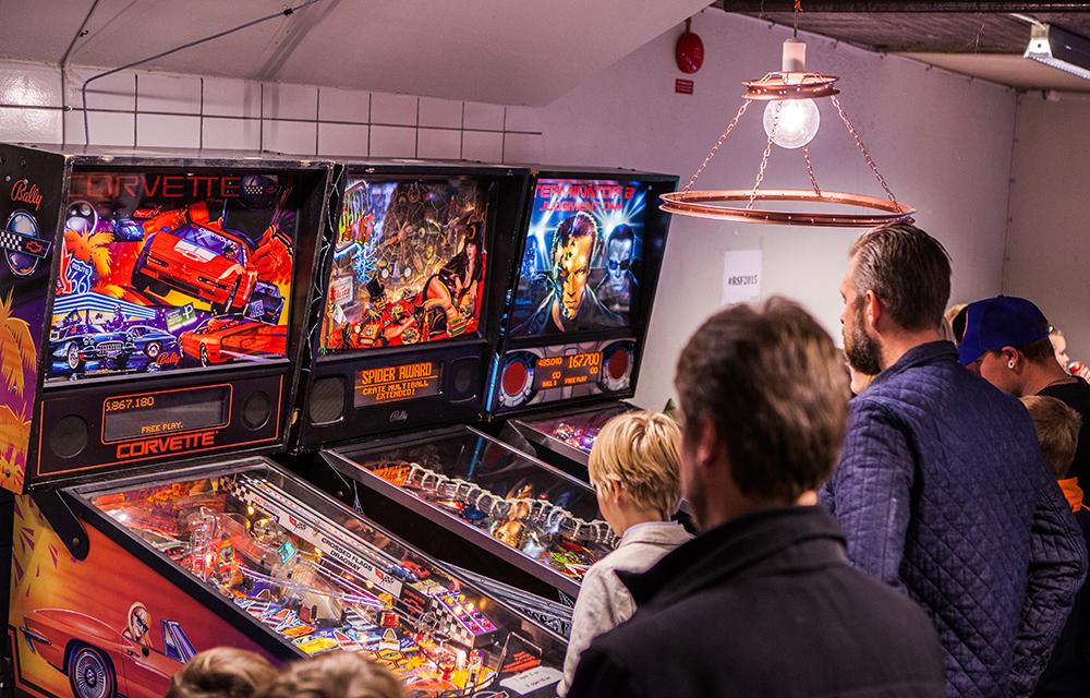 People playing pinball at Retrospelsfestivalen 2015